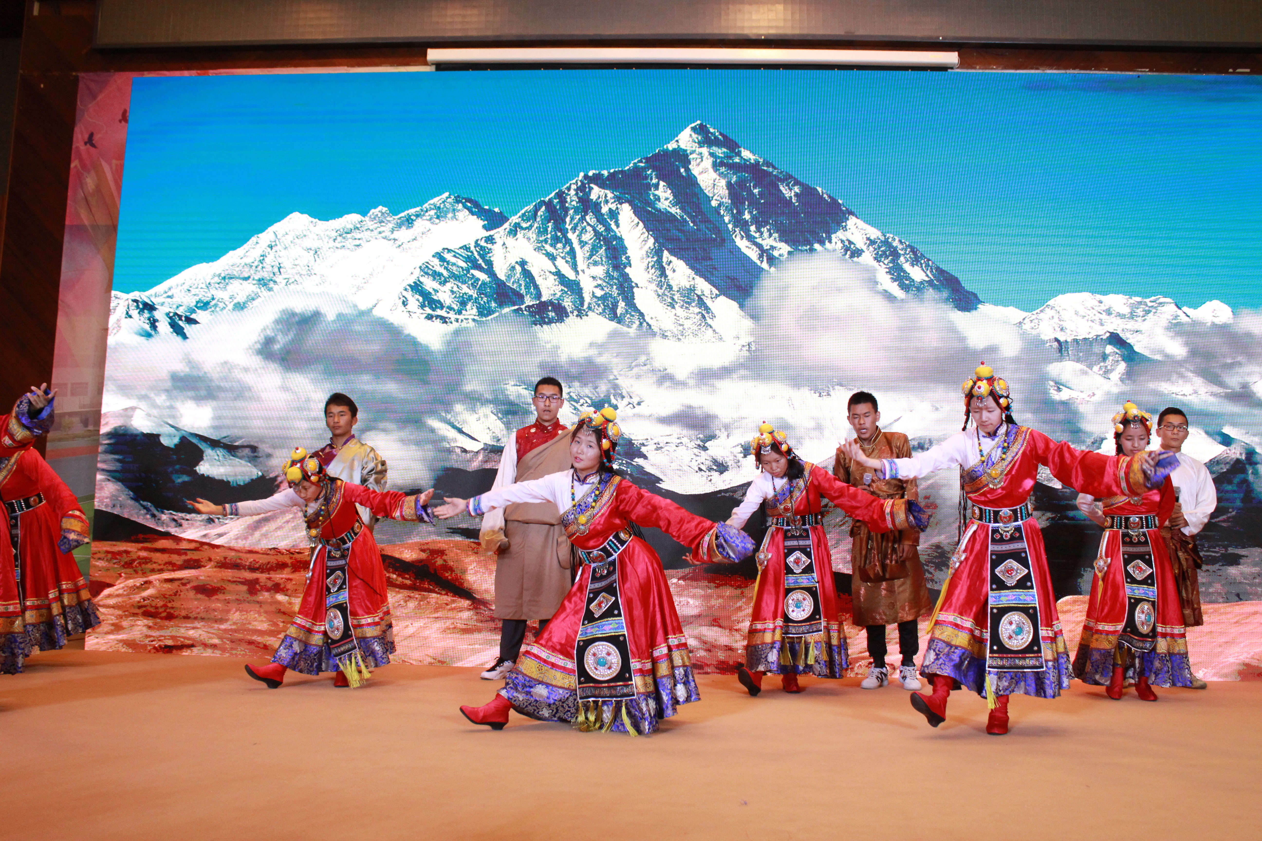 雪莲苑社团的藏族舞蹈.jpg