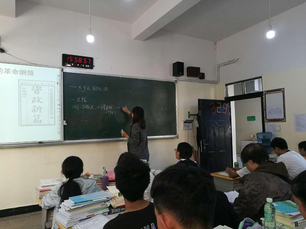 李建靖、张杰老师听历史课.jpg