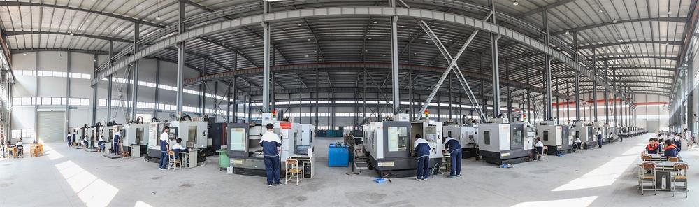 """学院数控实训工厂设有""""德国精密制造技术中心"""",拥有大批一流的数控加工及精密检测设备,为同学们提供现场一体化教学。"""