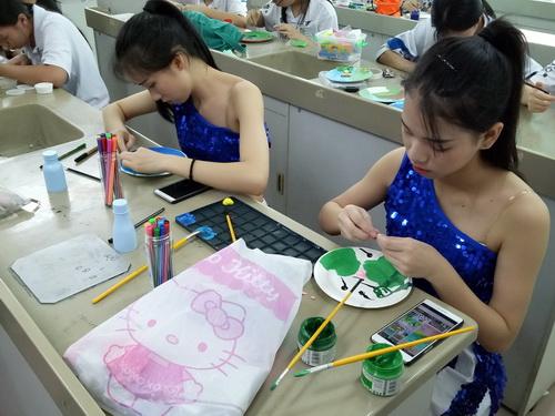 纸盘手工绘画创作——同学们全神贯注地绘制_调整大小.jpg