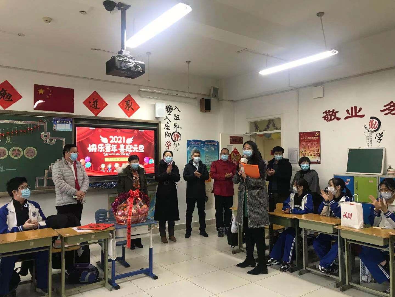 学校领导班子成员进班看望初三学生.jpg