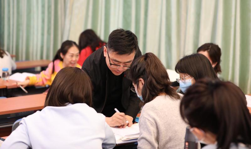 7.张法老师对宝盈部教师进行指导.jpg