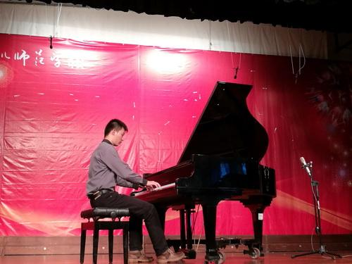 钢琴独奏(林辉龙同学)_调整大小.jpg