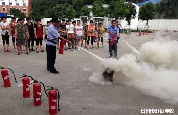 双语学校扎实安全教育、开展消防演练