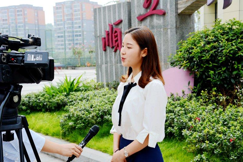老师接受电视台采访.jpg