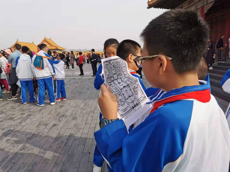 学生在查看地图.jpg