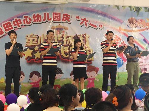 丘校长带领扶贫工作组和驻村干部为幼儿园小朋友表演儿歌联唱.jpg