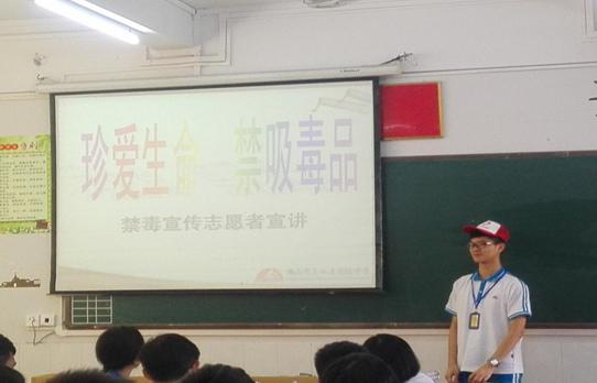 学生禁毒志愿者为同学们进行禁毒宣讲.png