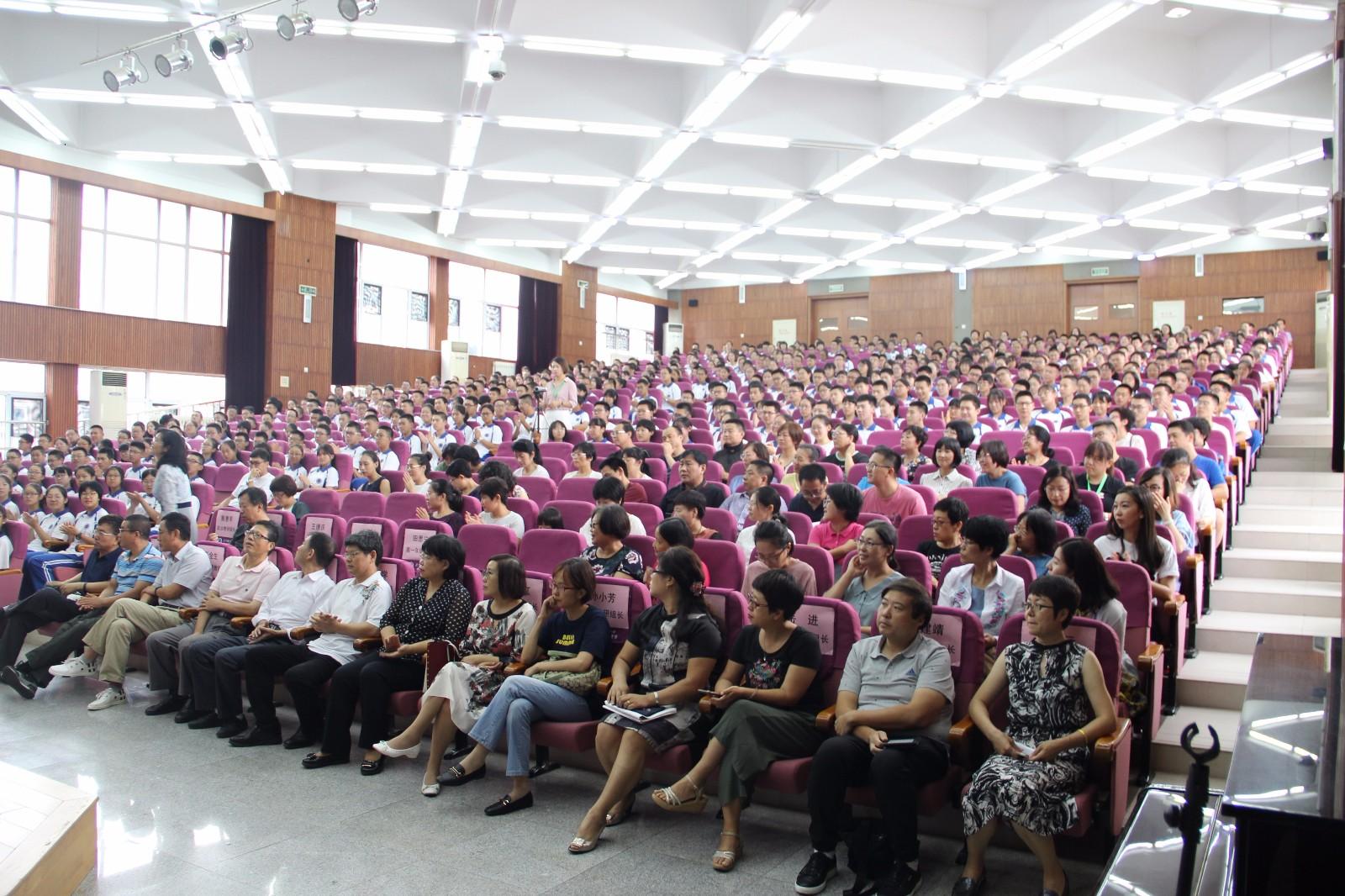 全体师生一起参加开学典礼.JPG