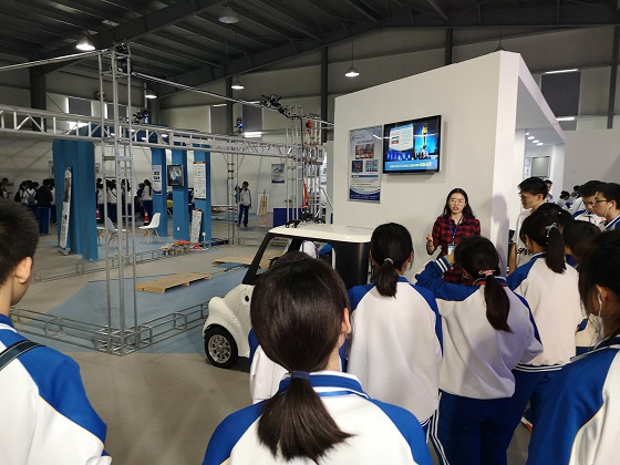 参观机器人展馆.jpg