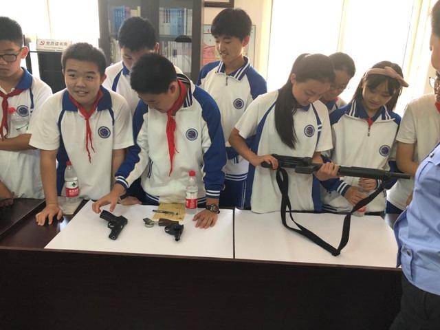 学生在探索如何用枪.JPG