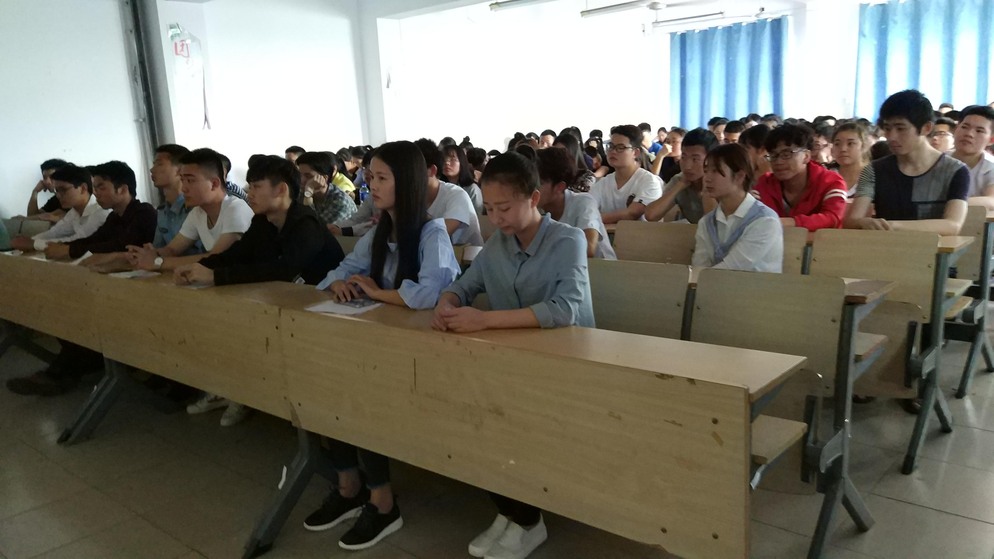 3(第一排就座的是获得年度人物荣誉称号的学生).jpg