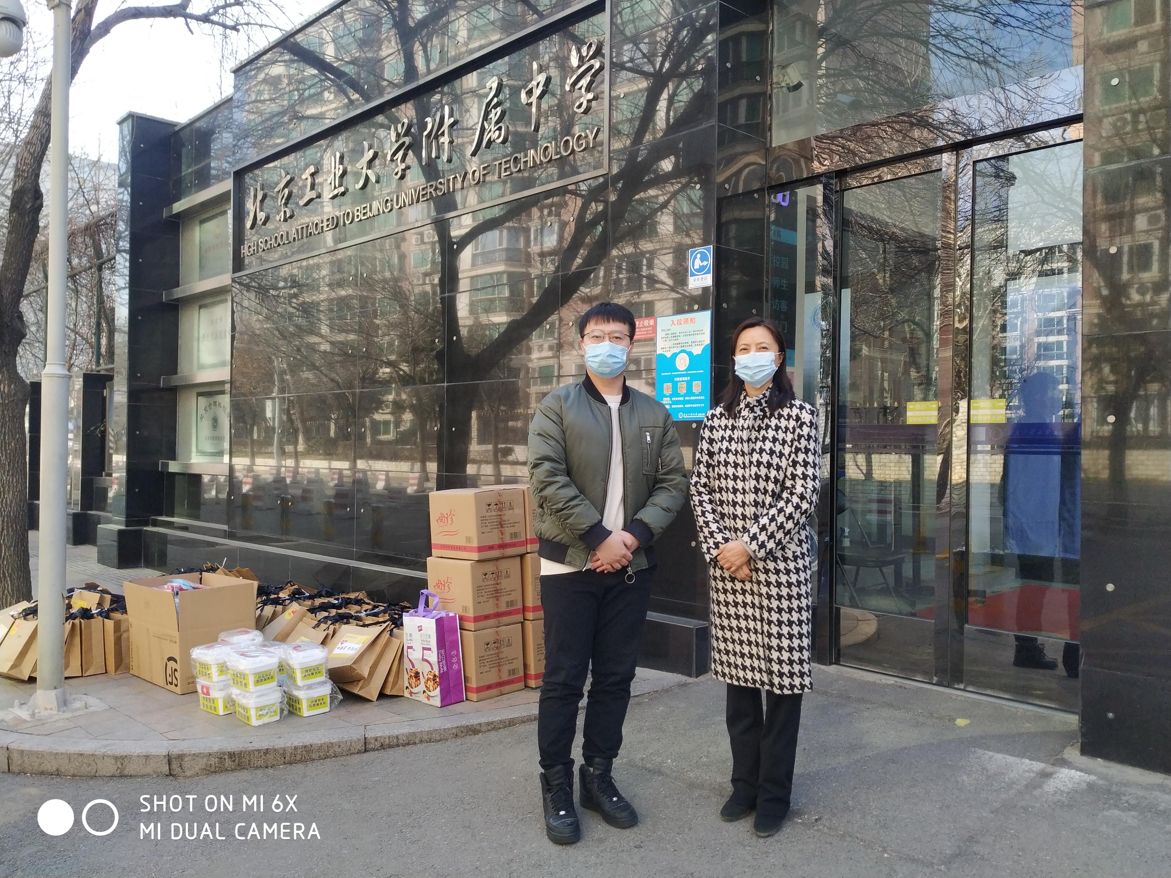 王京红书记代表学校接收团区委赠送西藏生慰问品.jpg