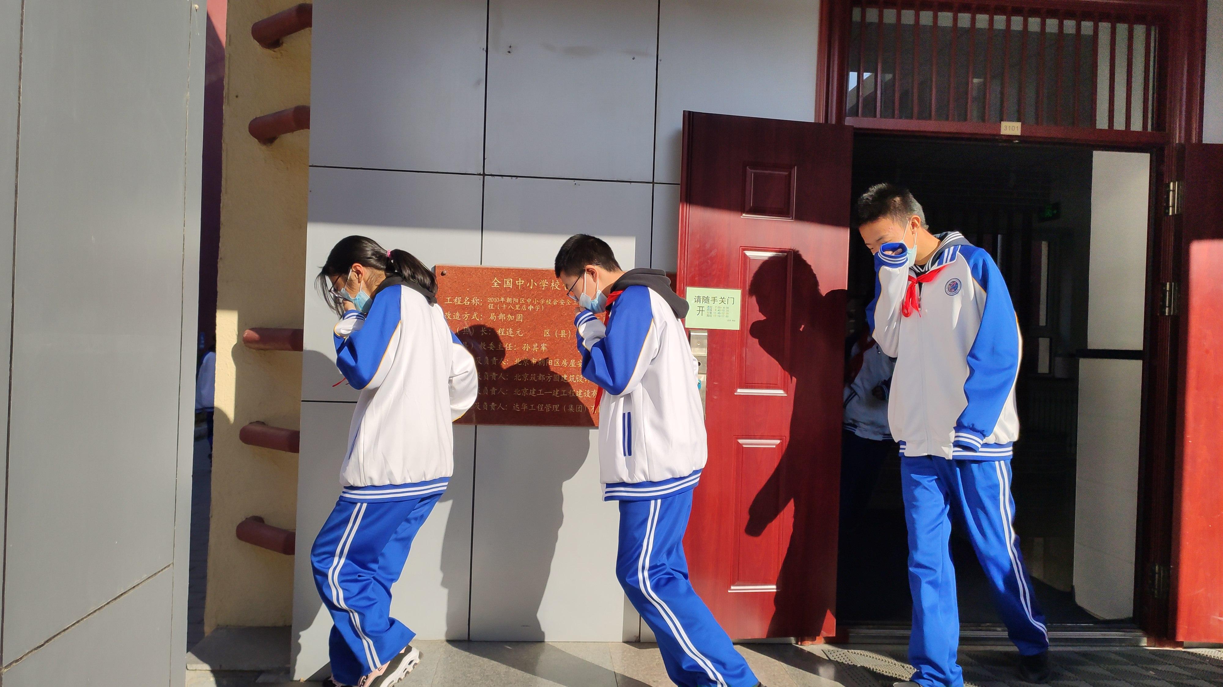 学生疏散出教学楼.jpg