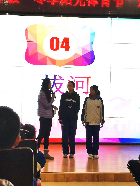 于主任采访拔河比赛冠军班学生代表.jpg