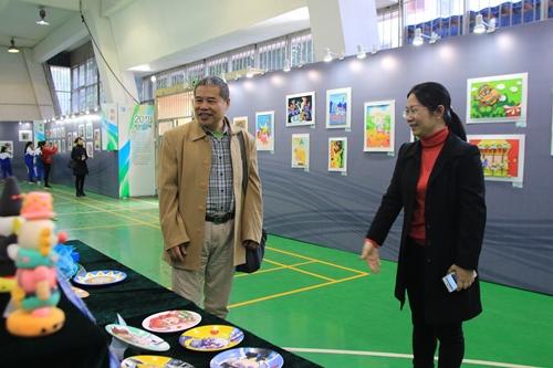 彭铁英会长在观看毕业学生美术作品展.JPG