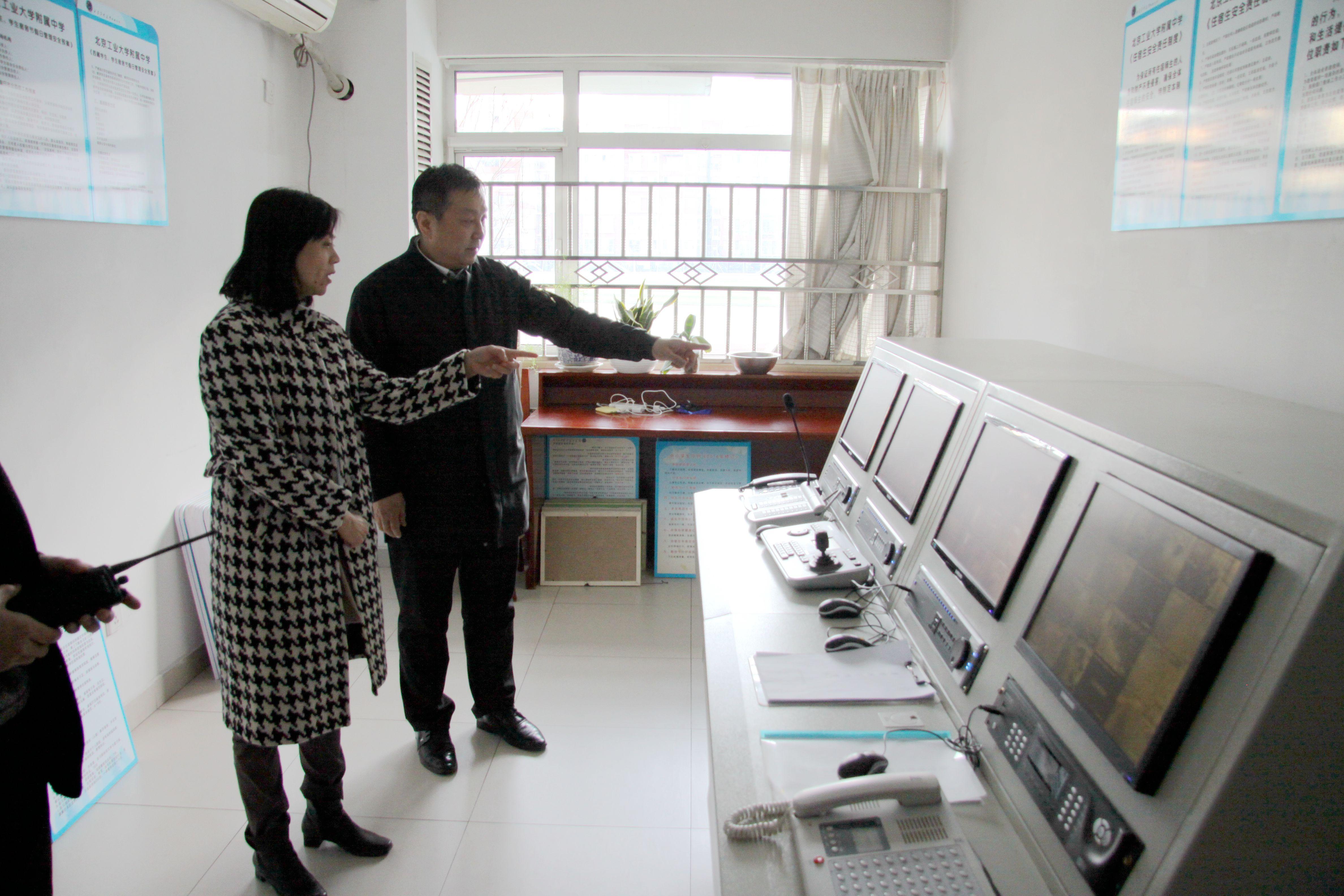 王书记在查看宿舍中控管理系统.JPG