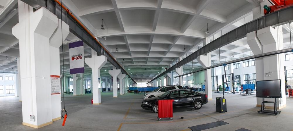 """13,000 平方米的汽修实训车间,内设""""德系汽车技术培训中心""""。"""
