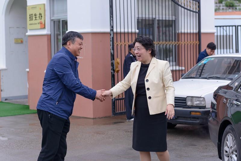 区委副书记、区长杨玲玲节前来我校慰问全国先进工作者洪仙瑜