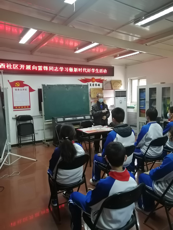 工大中老师为同学们讲述雷锋的故事.jpg