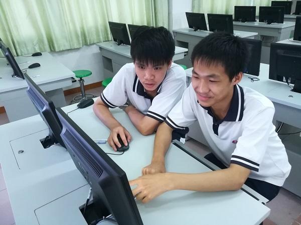 图1_杨文杰和蔡至勇在讨论编程问题.jpg