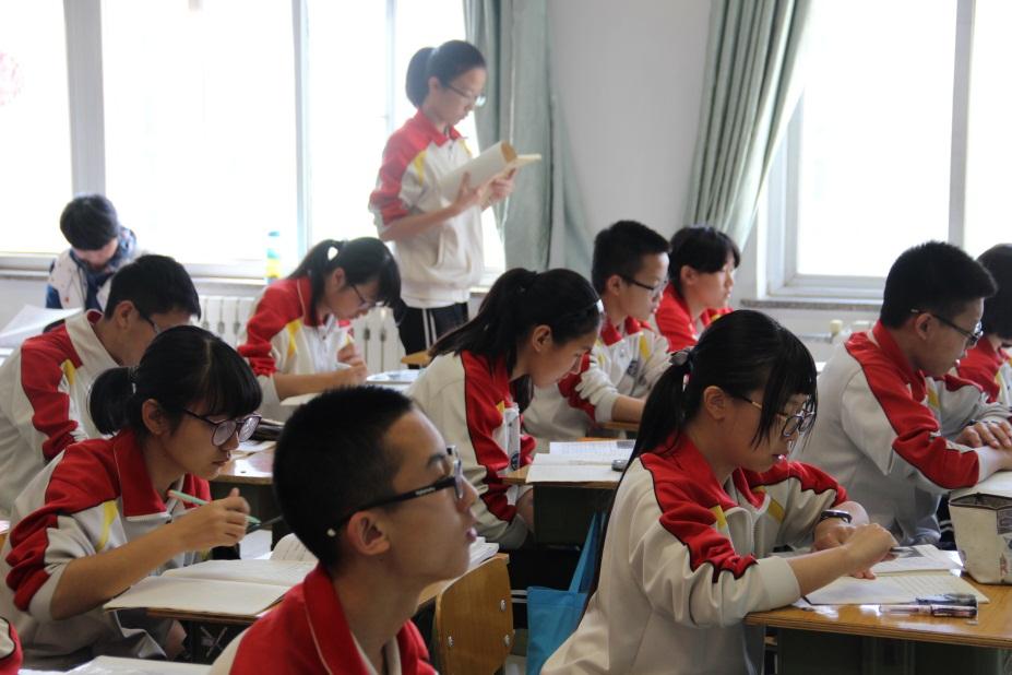 学生读自己的作品.jpg