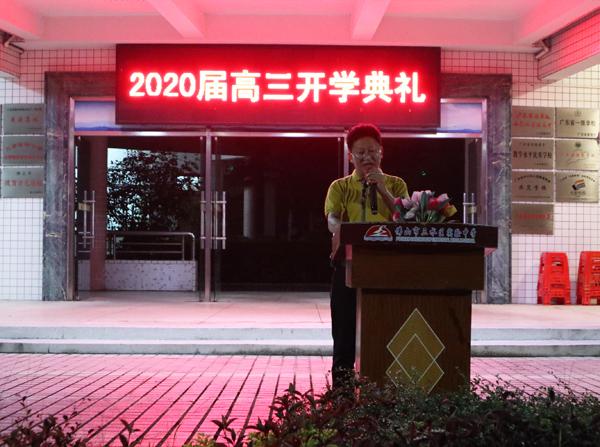 学生家长代表贾尚儒先生发言.JPG