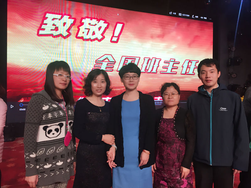工作室的老师与北京教育学院张红教授合影.jpg
