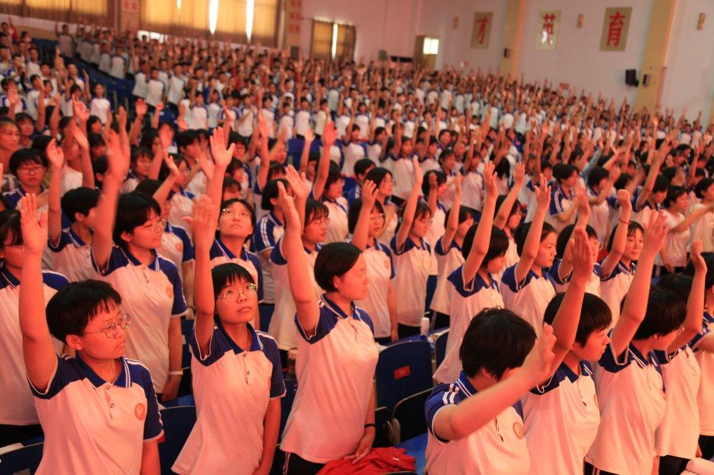 学生举手.JPG