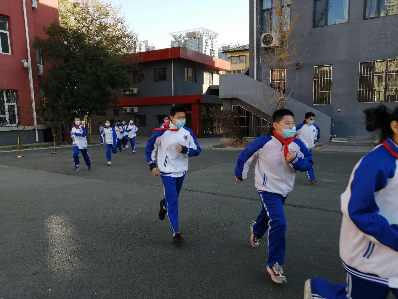 学生从教学楼撤离到操场.jpg