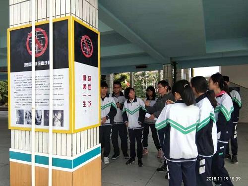 冯老师利用毒品预防教育展厅宣传展板为同学们进行禁毒知识的讲解.jpg