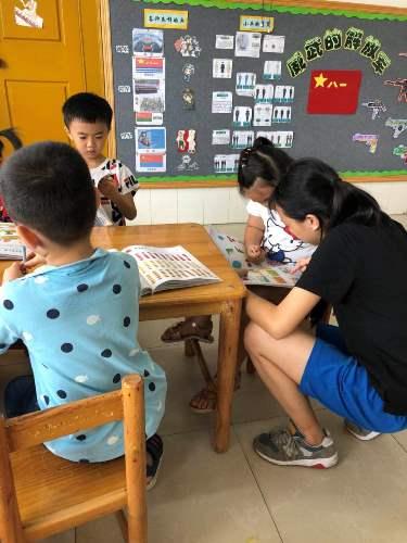 图为见习学生教小朋友看图说话.jpg