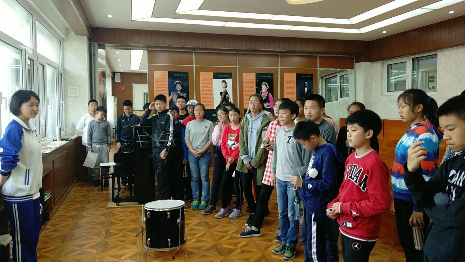 参观高中部音乐教室.jpg