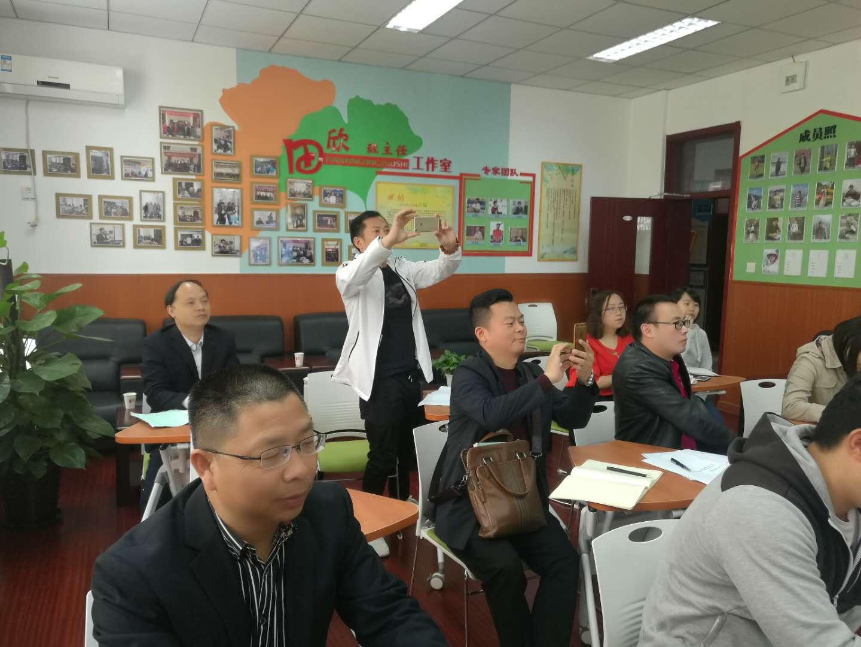 重庆的领导和老师们与青年班主任在培训听课中.jpg