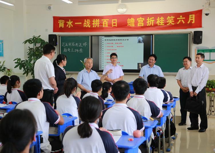 姚国华亲切看望师生代表,深入了解师生们的备考情况5.JPG
