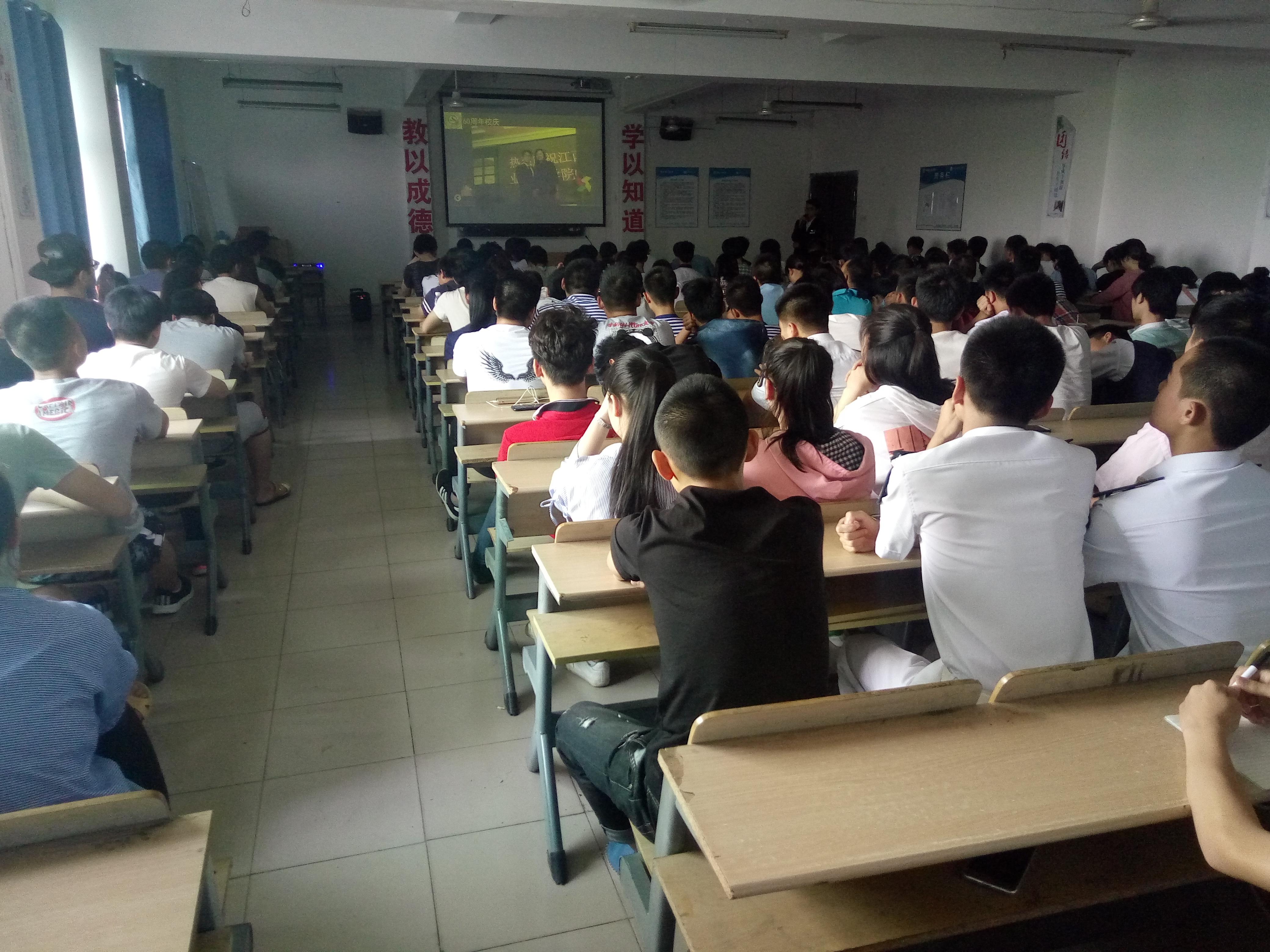 8(参会学生代表认真听年度人物做报告).jpg