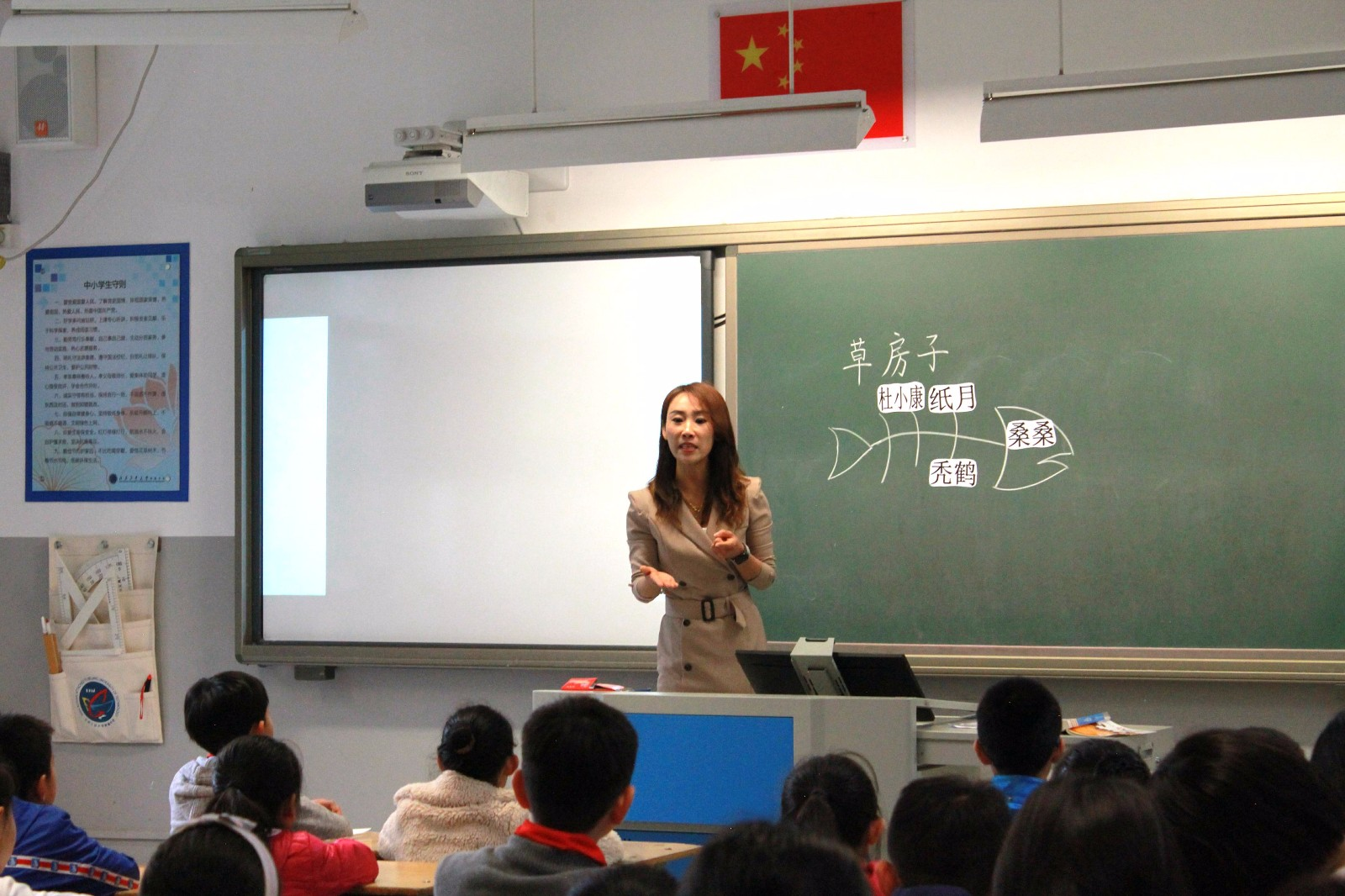 代小蕾老师在上课.jpg