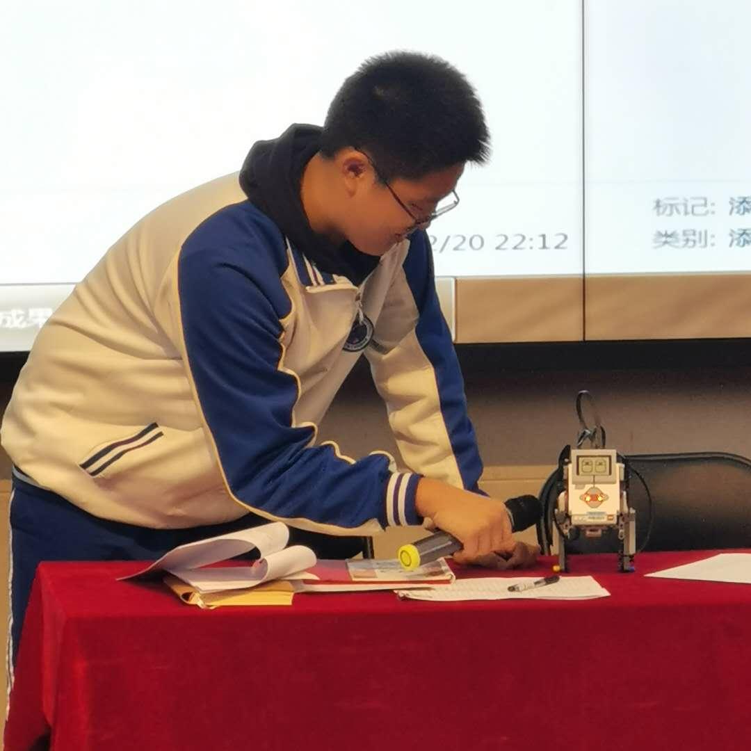 机器人社团社长展示电子狗.jpg