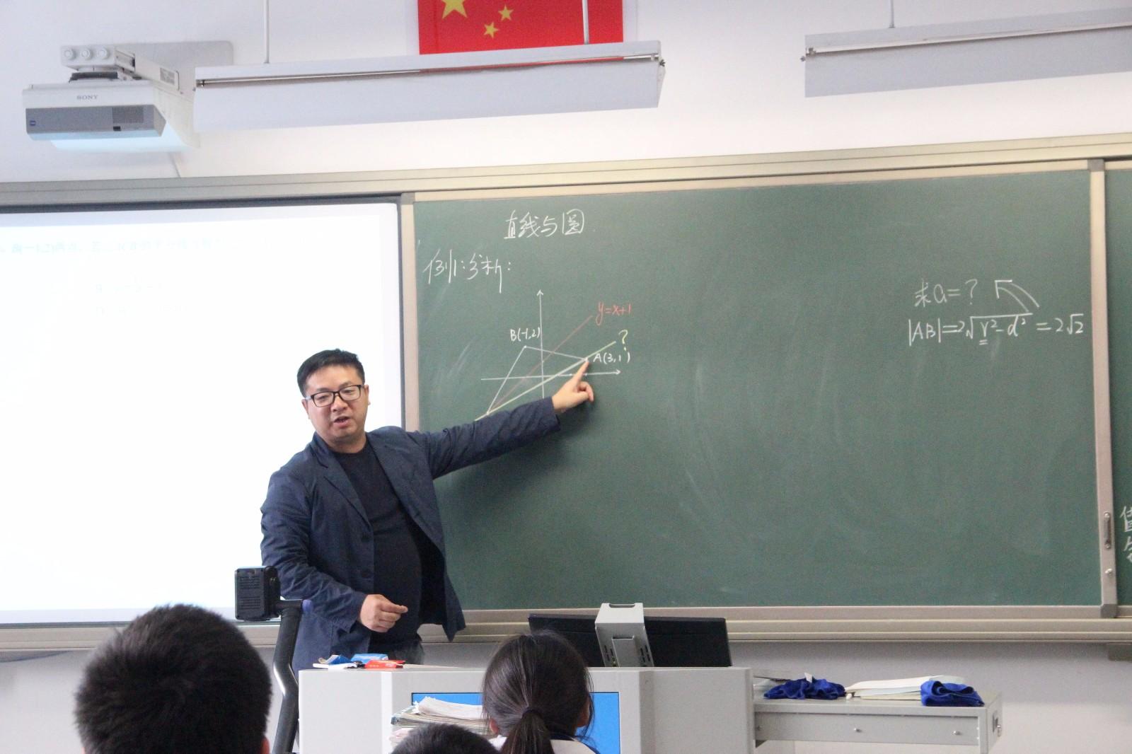 王宇明老师在上课.jpg