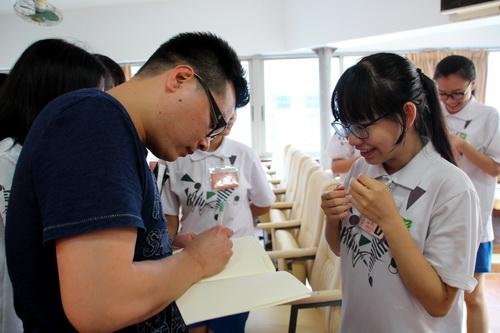 6.朱斌老师为同学们签名留念_调整大小.jpg
