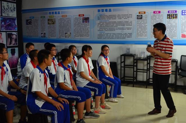 老师在向学生讲解毒品的种类.JPG
