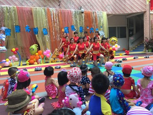 图为见习学生给小朋友表演舞蹈.jpg
