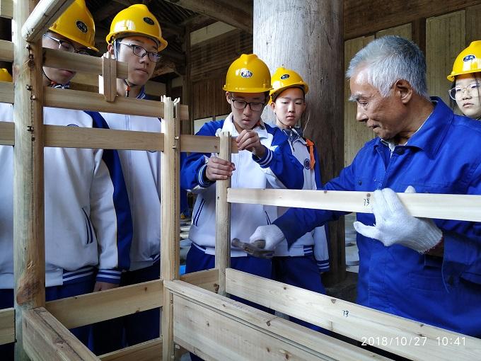 在老匠人的指导下学习中国营造.jpg