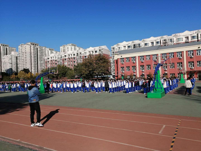 学生在操场集合,王政阳主任讲话.jpg