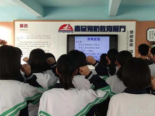 同学们在进行禁毒宣誓.jpg