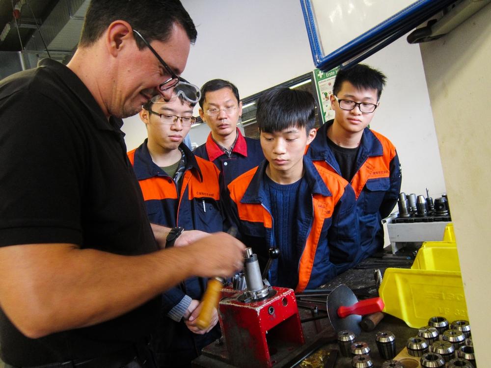 在德国,佛山市南海技师学院的学生与德国的同学一起上课,亲身感受到德国专业理论、实操教学的魅力。