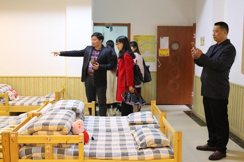 参观寝室.JPG