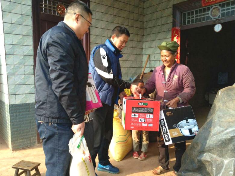 1月22日,彭格同志、汤中荣同志慰问贫困户家庭.jpg