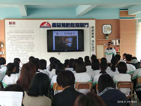 同学们表演《邪不胜正》的小品.jpg