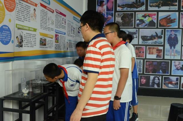 学生在观察毒品.JPG